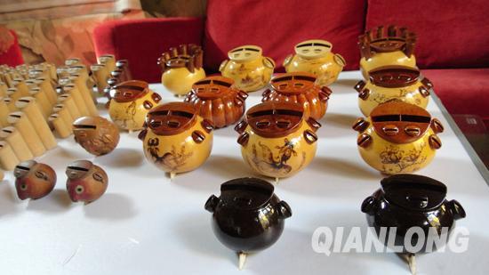 北京 张宝桐/黄褐色的是刷笼罩漆的葫芦类的鸽哨,皆为张宝桐和徒弟制作。...