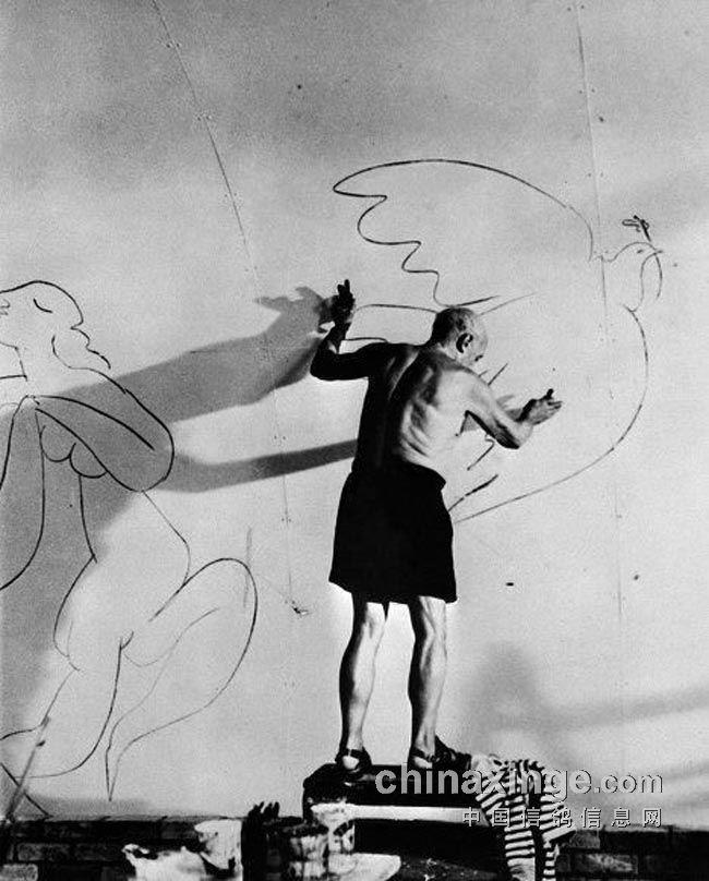 毕加索与1949年和平鸽   会场外随处可见毕加索的和平鸽 高清图片
